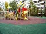 Каким материалом обустраивают современные детские площадки?